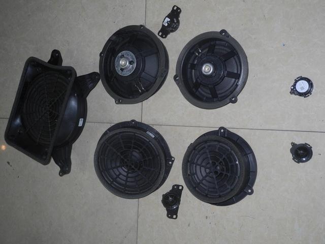 这是从奥迪a6拆出来的原车喇叭,用料及做工都极差