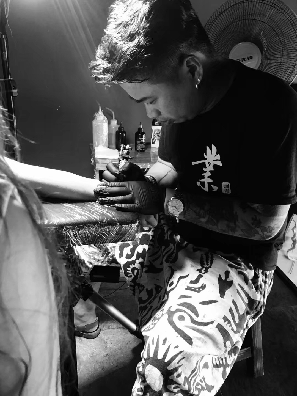 纹身现场图,厦门专业纹身师