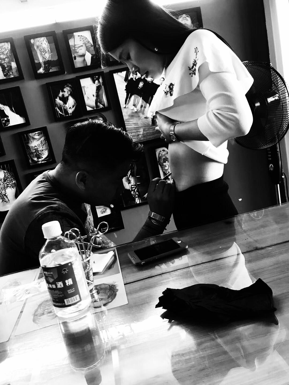 美女隐秘处纹身,肚子上纹身就找厦门業刺青纹身