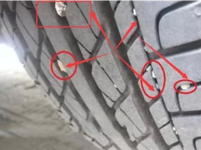 卡在轮胎缝里的小石子,是抠掉好呢?还是不管它