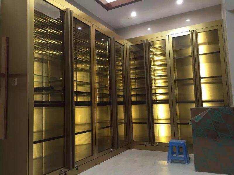 不锈钢酒柜案例-佛山专业不锈钢屏风隔断酒柜门套生产厂家