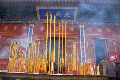 寺廟燒佛香圖片