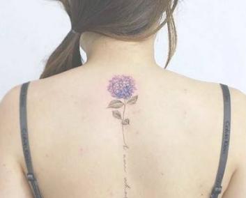 后背脊椎处的女生小清新背部纹身