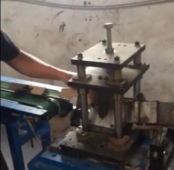 (2)梅花扣纸护角生产中
