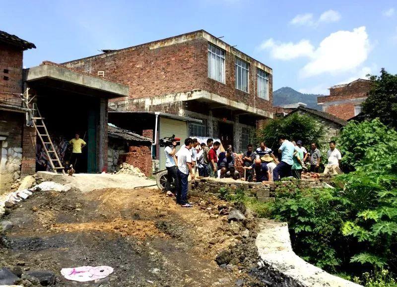 村民挖化粪池竟挖出大批抗战时期埋下的枪支,已交公安机关处理