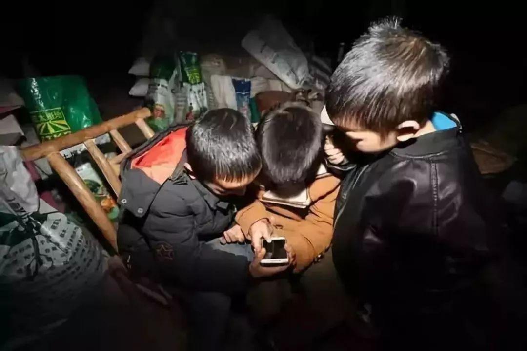 兰州侦探新闻:中国穷人的孩子,正在被手机废掉