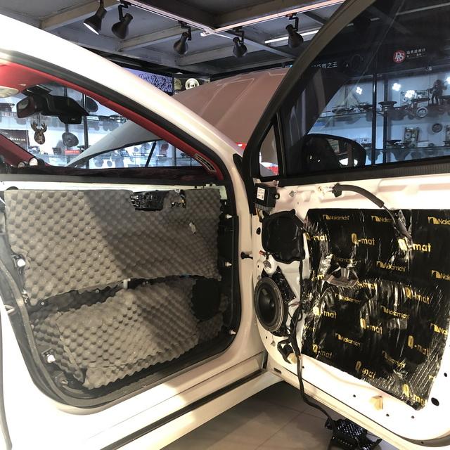 4,丹拿40周年纪念版2分频中低音喇叭安装在汽车原位