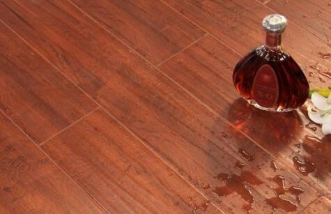 塑胶地板建设后如何清除残留在地面的胶水