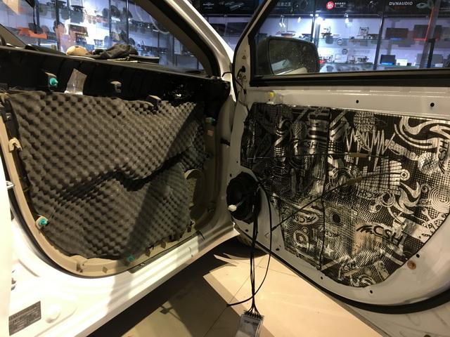 3、使用中道隔音棉对门板内饰盖做隔音处理