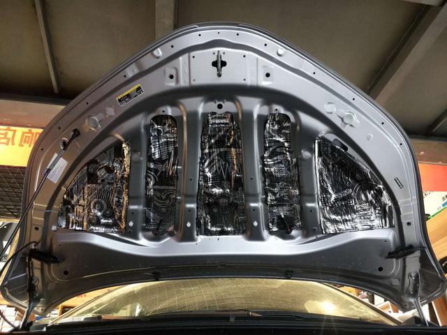 6、使用STP小炸弹对引擎盖做第一层隔音处理