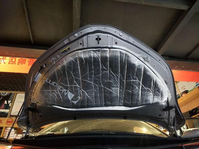 8、使用中道引擎专用膜,对引擎盖做第三层隔热处理