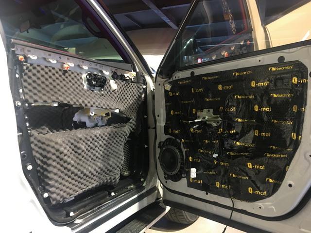 3、将丹拿236中低音单元安装在汽车前声场位置