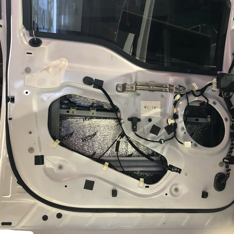 3、使用STP航空记忆棉和珍珠棉对汽车门板内侧做双层隔音处理