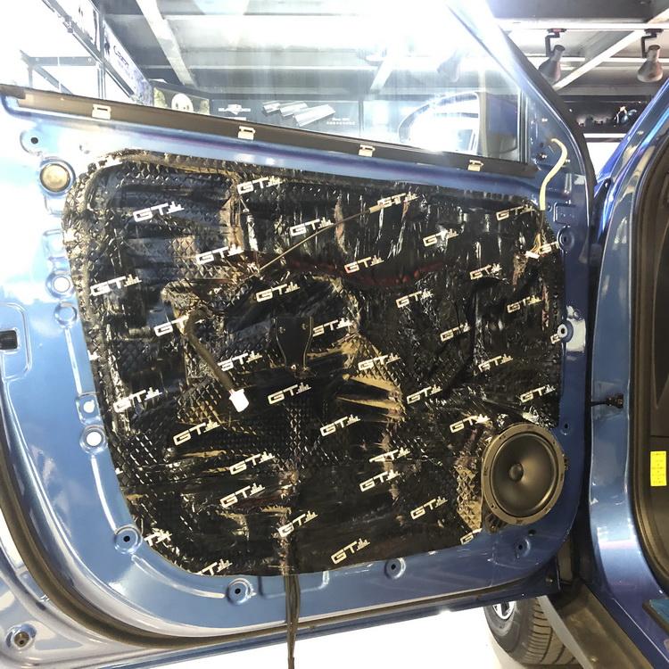 2、使用GT止震对门板做双层隔音处理