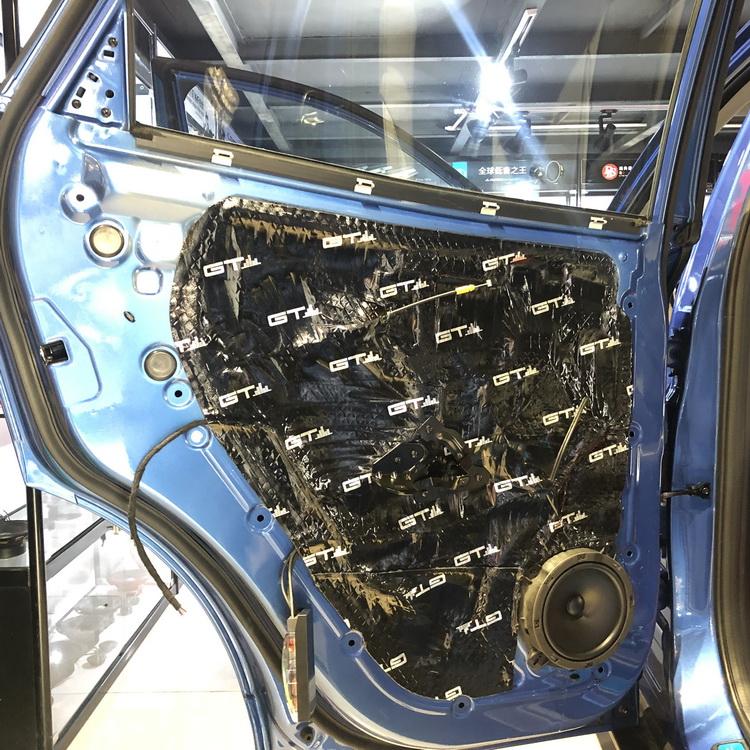 4、使用GT止震对后门板做双层隔音处理