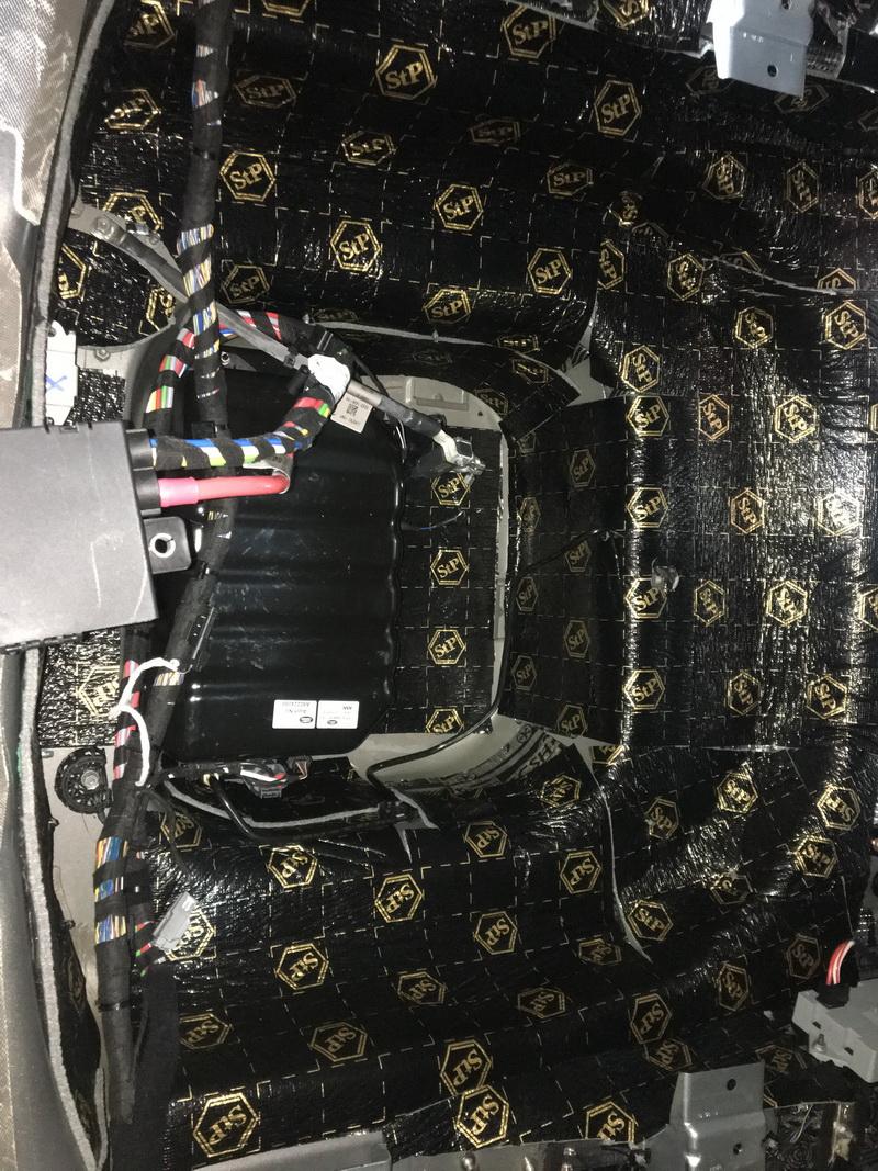 11、使用航空AC06对尾箱做第二层隔音处理