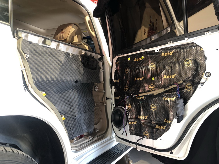 9、对后门板做三层隔音处理,将丹麦丹拿236(40周年中低音单元安装在后生板原位