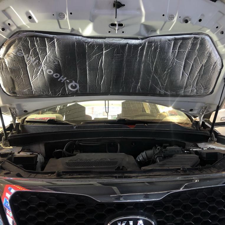 3、使用引擎盖专用膜做隔音隔热处理