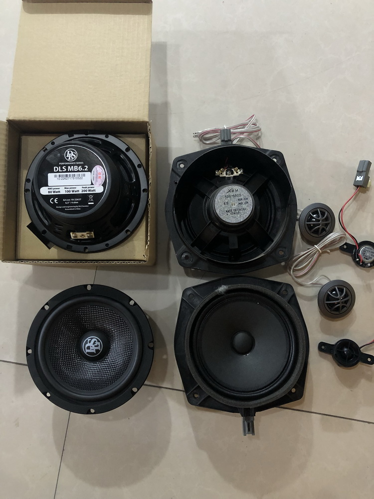 2、升级使用的器材(左)与原车喇叭(右)对比