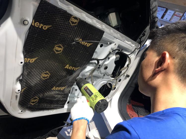 4、技师使用STP航空炸弹对门板做双层止振隔音处理