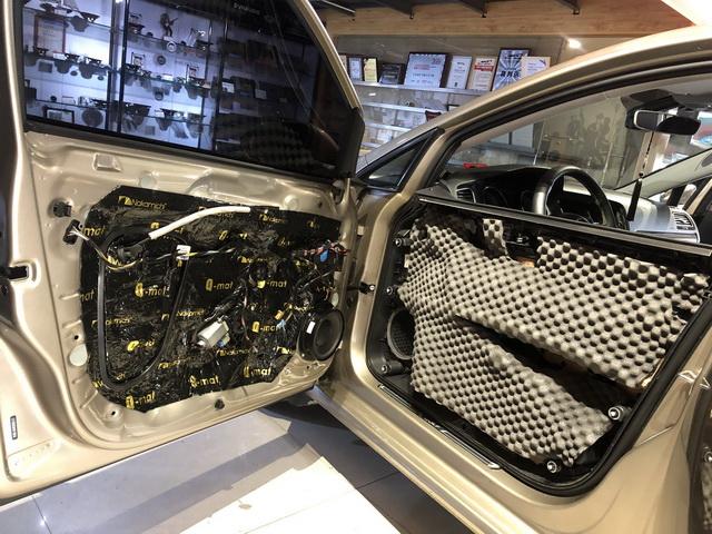 4、将丹麦丹拿Surpax V17安装在前声场原位