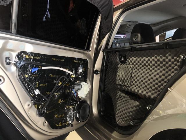 6、将丹麦丹拿Surpax V17安装在后门板位置