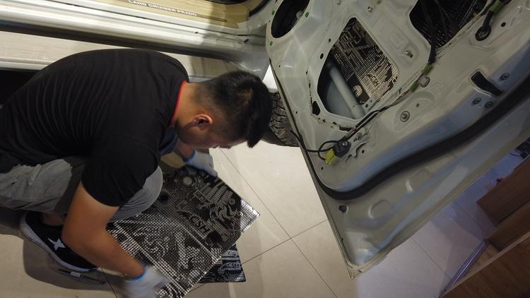 2、改装技师对材料做适当剪裁